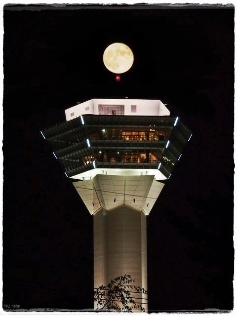 五稜郭タワーと月